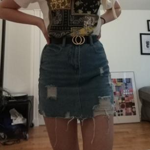Skit snygg kjol från SHEIN! ÄLSKAR men är tyvärr lite för liten och används knappt. Använd MAX tre gånger. Frakt tillkommer💕