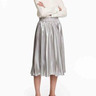 Plisserad silvrig kjol från hm. Använd en gång, inget att anmärka på. Storlek 42. Skickas mot porto 36:-
