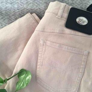 Beigea byxor med mycket stretch och stora fickor (!). Jag på bilden är vanligtvis storlek 36 och de är lite stora på mig. Möts upp i Malmö/Lund annars betalar köparen frakt.