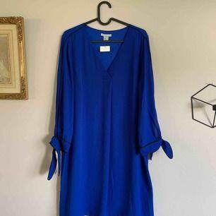 Oanvänd klänning från Hm i storlek 42. Skickas med skicka lätt för 63:- eller avhämtas