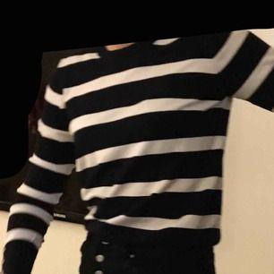 En as snygg och populär randig tröja ifrån Zara med guldknappar på ärmarna! Fraktar och möts upp☺️