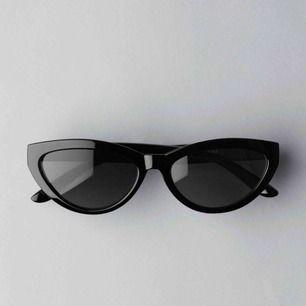 Säljer dessa coola cat eye solglasögon från Weekday som är helt oanvända!
