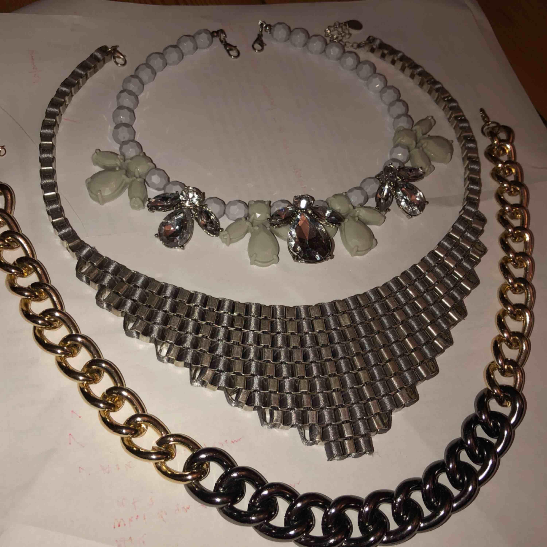 Snygga och passande halsband! 20kr/st eller alla för 55kr! FRI FRAKT . Accessoarer.