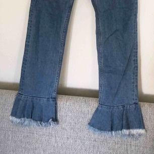 Coola jeans mes volang nertill från Monki. Storlek 26 i midjan, aldrig använda. Möts upp i Stockholm eller så står köparen för frakf😁