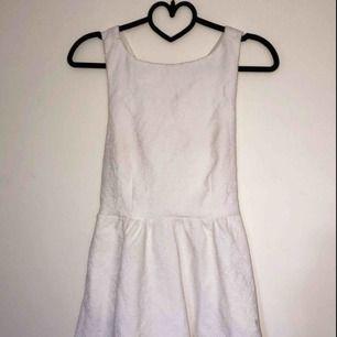 Vit klänning som passar som skolavslutningsklänning/studentklänning. Storlek XS, använd vid ett tillfälle. Möts upp i Stockholm eller så står köparen för frakt 😁