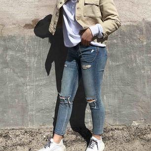 Slitna jeans med låg midja. Storlek: står 32 men jag har vanligtvis 34/36 och de passar mig. Säljer för att: har många andra. !! Köpare står för frakt !! ❤️
