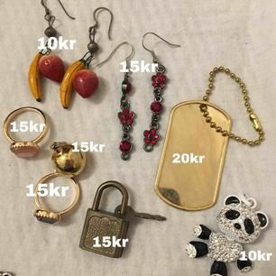 Sorterat ut smycken! Säljer inte mindre än 4 stycken per paket. Går ner i pris om man köper flera! Skriv om ni vill ha bättre bild på någonting. Fri frakt