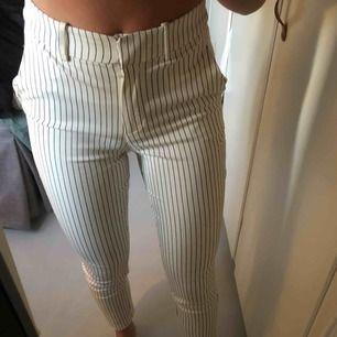 Vita kostymbyxor med smala ränder och medelhög midja. De är stretchiga och bekväma, och har en fin passform! De går att klä upp och klä ned! Köpare står för frakt ❤️