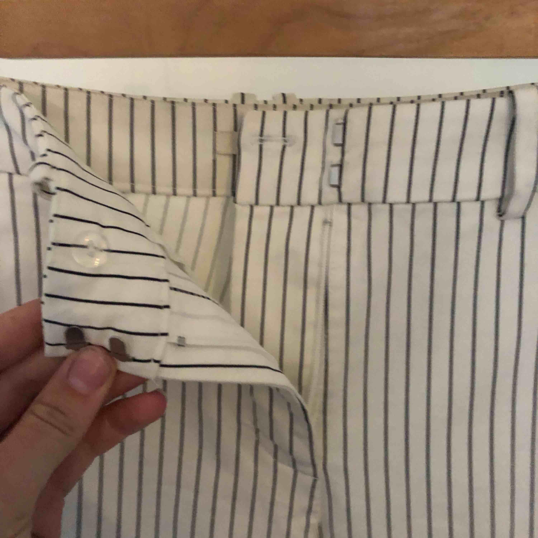 Vita kostymbyxor med smala ränder och medelhög midja. De är stretchiga och bekväma, och har en fin passform! De går att klä upp och klä ned! Köpare står för frakt ❤️. Jeans & Byxor.