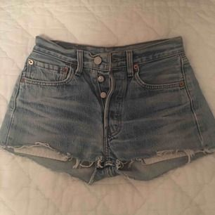 Levi's shorts, köpta på Urban Outfitters. Använda 1-2 ggr. Säljes pga för små. känns som XXS-XS. Köparen står för frakten! :)
