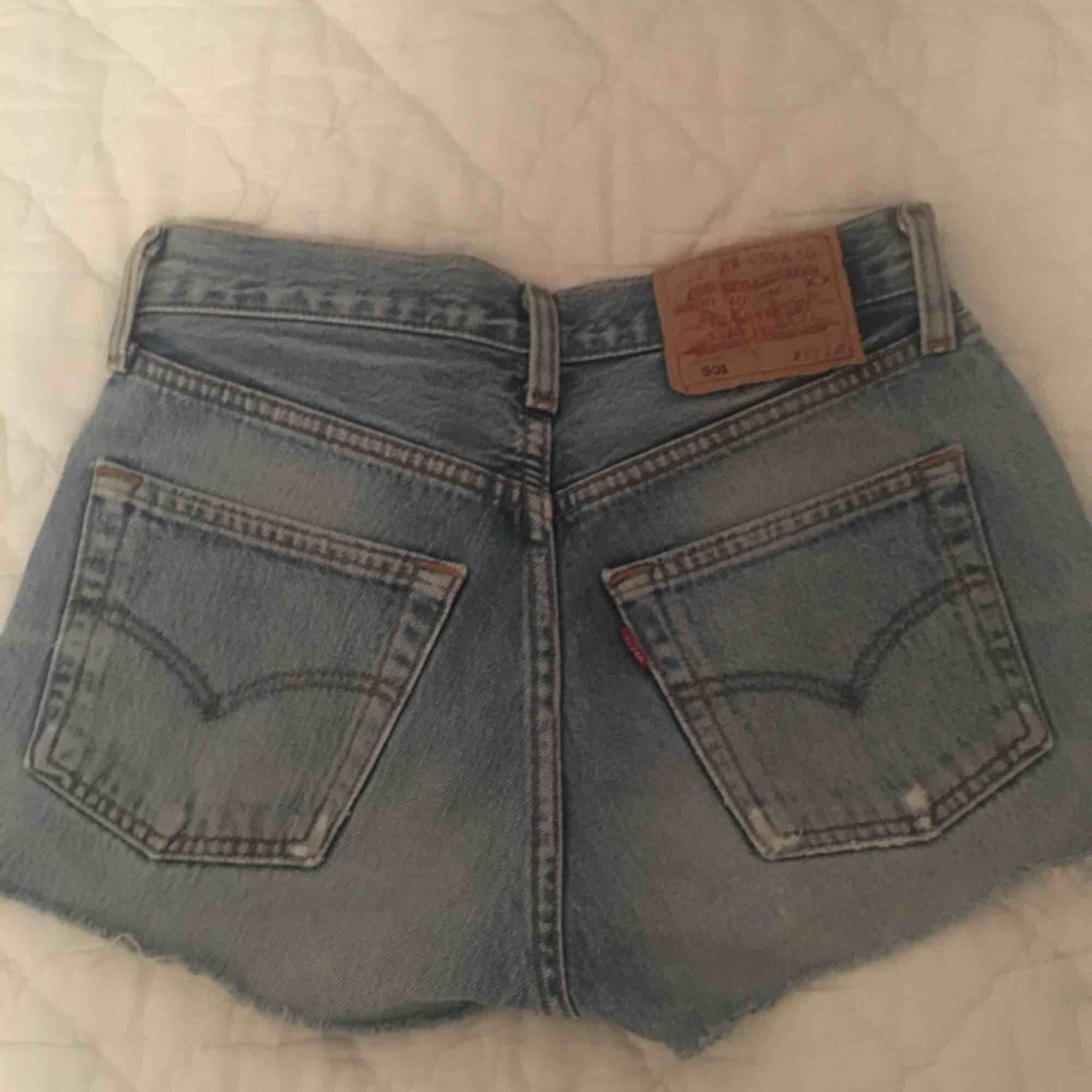 Levi's shorts, köpta på Urban Outfitters. Använda 1-2 ggr. Säljes pga för små. känns som XXS-XS. Köparen står för frakten! :). Shorts.