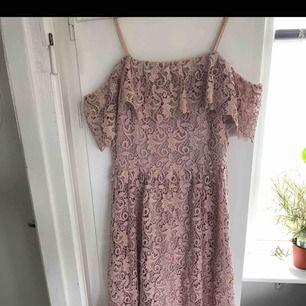 Superfin spetsklänning från HM i gammelrosa färg. Köpt för ca 700kr har varit ett sampel men är i fint skick och finns inget att anmärka på. Så fin till midsommar🌸 inkl frakt