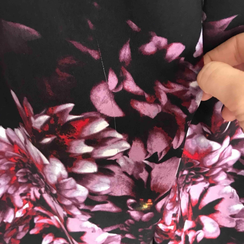 Fint blommigt set från Lindex som sålde som smör för några år sedan. Strl36 på både över &underdel.  Har lite tråddragningar baktill på rumpan samt framtill på blusen men inget som syns på långt håll tycker jag. Knapparna har lite avskalad färg.  . Kostymer.