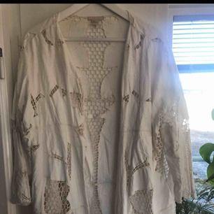 Superfin romantisk spets kimono från HM trend i strl M. Så fin men kommer inte till användning samt för stor för mig. Nästintill nyskick Inkl frakt