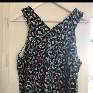 Leopard linne från Hm trend aldrig använt. Strl M Linnet är omlott baktill. Superfint till jeansshorts. Inkl frakt