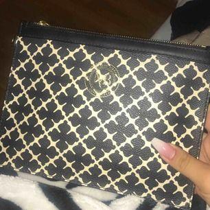 Malene birger väska, används för att hänga utanpå väskan, men den kan användas som en clutch inför ex bal:)
