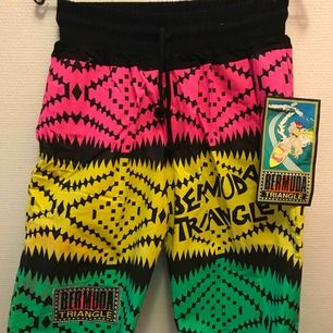 Bermuda shorts som importerades någon gång 87-88, har några stycken i olika storlekar och färger. Skicka pm för frågor. 70:- inkl frakt!