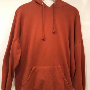 Orange hoodie från monki i bra skick. Köparen står för frakten men möts upp i Stockholm!
