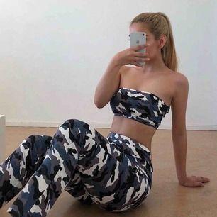 Bandeu och byxor, militär set från Fashion Nova storlek S. Lite nopprigt och urtvättad, byxorna har en liten fläck (går nog bort) Frakt kostar 36kr extra, postar med videobevis/bildbevis. Jag garanterar en snabb pålitlig affär!✨ ✖️Fraktar endast✖️