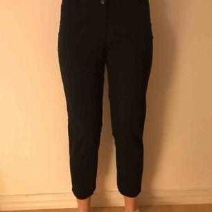 Svarta kostymbyxor från h&m i bra skick. Tighta i modellen. Köparen står för frakt men möts upp i Stockholm!