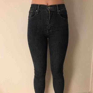 Tighta blåa levi's jeans i bra skick! Köparen står för frakt men möts upp i Stockholm!