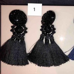 1. Svarta stora tofs örhängen  2. Mörkblåa stora tofs örhängen  3. Svarta örhängen, tofs, utsmyckade kristaller  4. Glittrig chocker  Fint skick alltihopa. inte använt 1,3,4 tidigare men 2 vid antal tillfällen.  Säljer 1 : 60kr 2st för samma köpare: 90kr