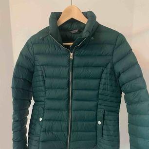 Lite tunnare jacka från Abercrombie and fitch. Jättefin grön färg. Näst intill oanvänd. Kan mötas upp i Stockholm annars plus frakt