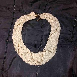 Vackraste halsbandet av små vita sten pärlor med små kristaller i. Helt felfri, knappt använd. Nypris 599kr