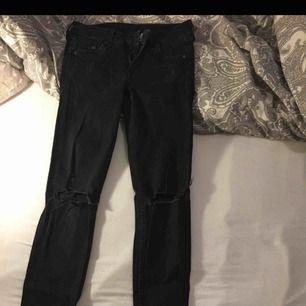 Trendiga jeans använda 2 gånger bara Stl xs tighta på  Ord pris 299 kr Säljer för 60 kr