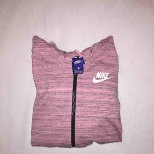 Rosa Nike tröja med huva i storlek M.  Aldrig använd.  Frakt tillkommer. Betalning sker via Swish. Pris kan diskuteras :)