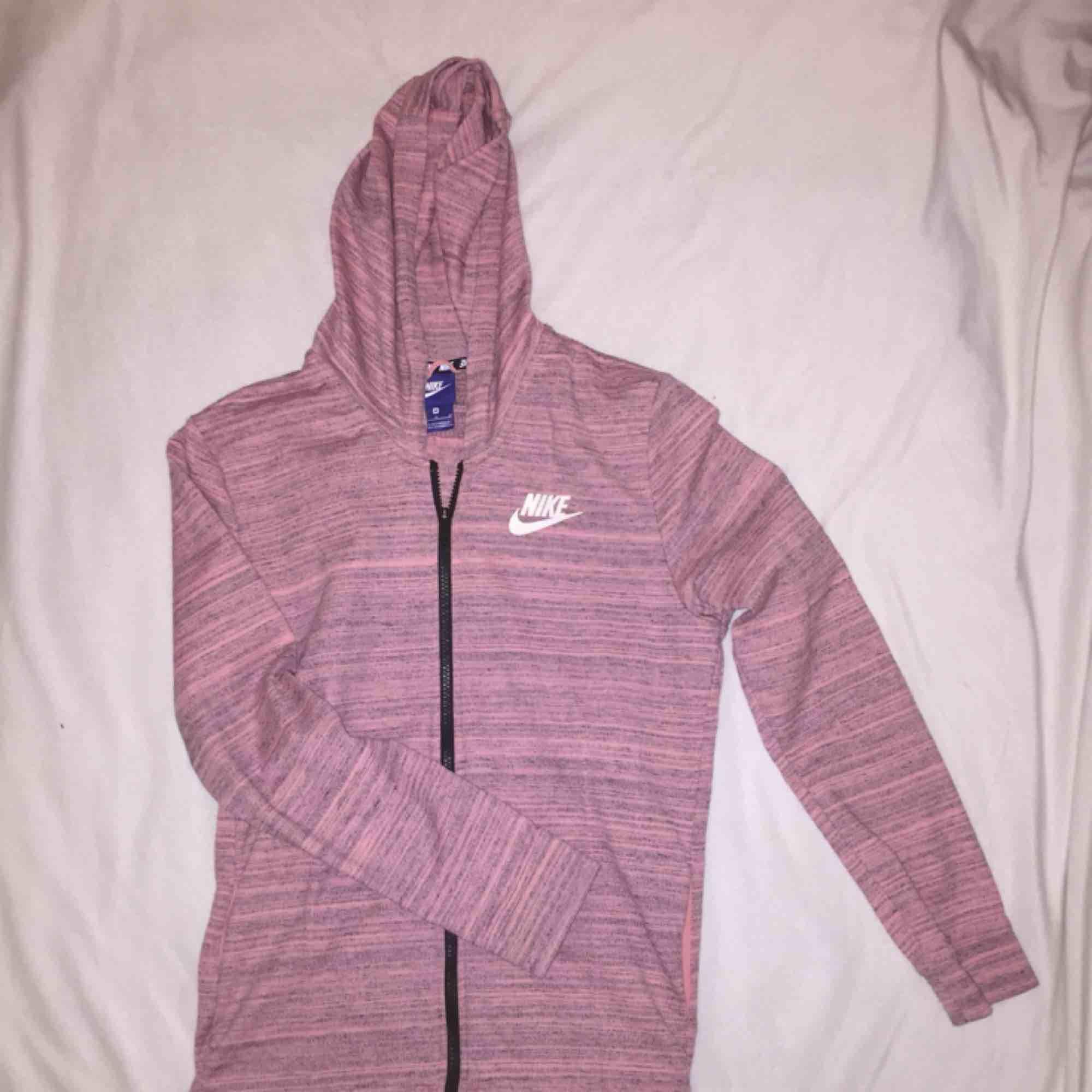 Rosa Nike tröja med huva i storlek M.  Aldrig använd.  Frakt tillkommer. Betalning sker via Swish. Pris kan diskuteras :). Huvtröjor & Träningströjor.