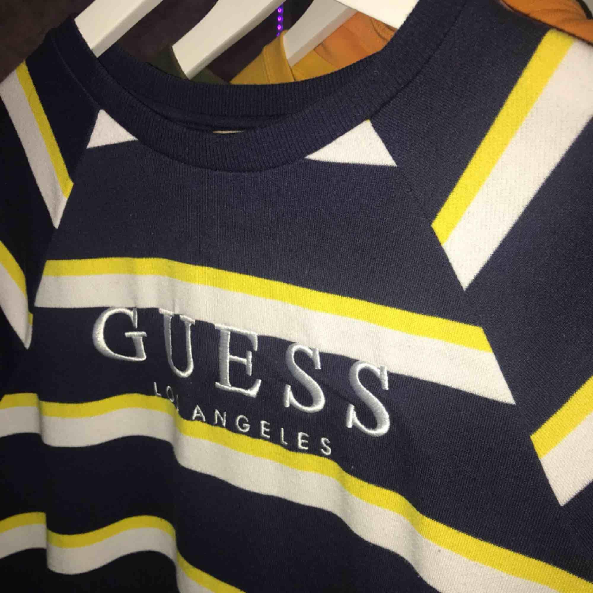 Guess Sweatshirt köpt på Urban Outfitters i London💞 Knappast använd och i bra skick. Nypris: £75 (ca 880kr). Huvtröjor & Träningströjor.
