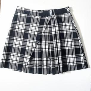 Superfin rutig kjol med inbyggt bälte från Gina.