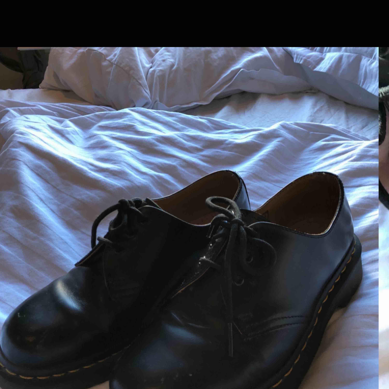 Super fina Dr.Martens andvända några gånger därav slitningen på hörnet av skon. Orginal pris 1400kr💛  . Skor.