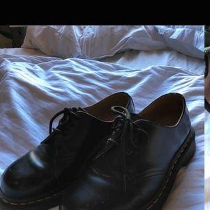 Super fina Dr.Martens andvända några gånger därav slitningen på hörnet av skon. Orginal pris 1400kr💛