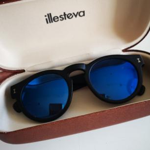 Superfina glasögon från illesteva, handgjorda i Italien. Svart matta bågar med blått spegelglas. Nypris 1700kr