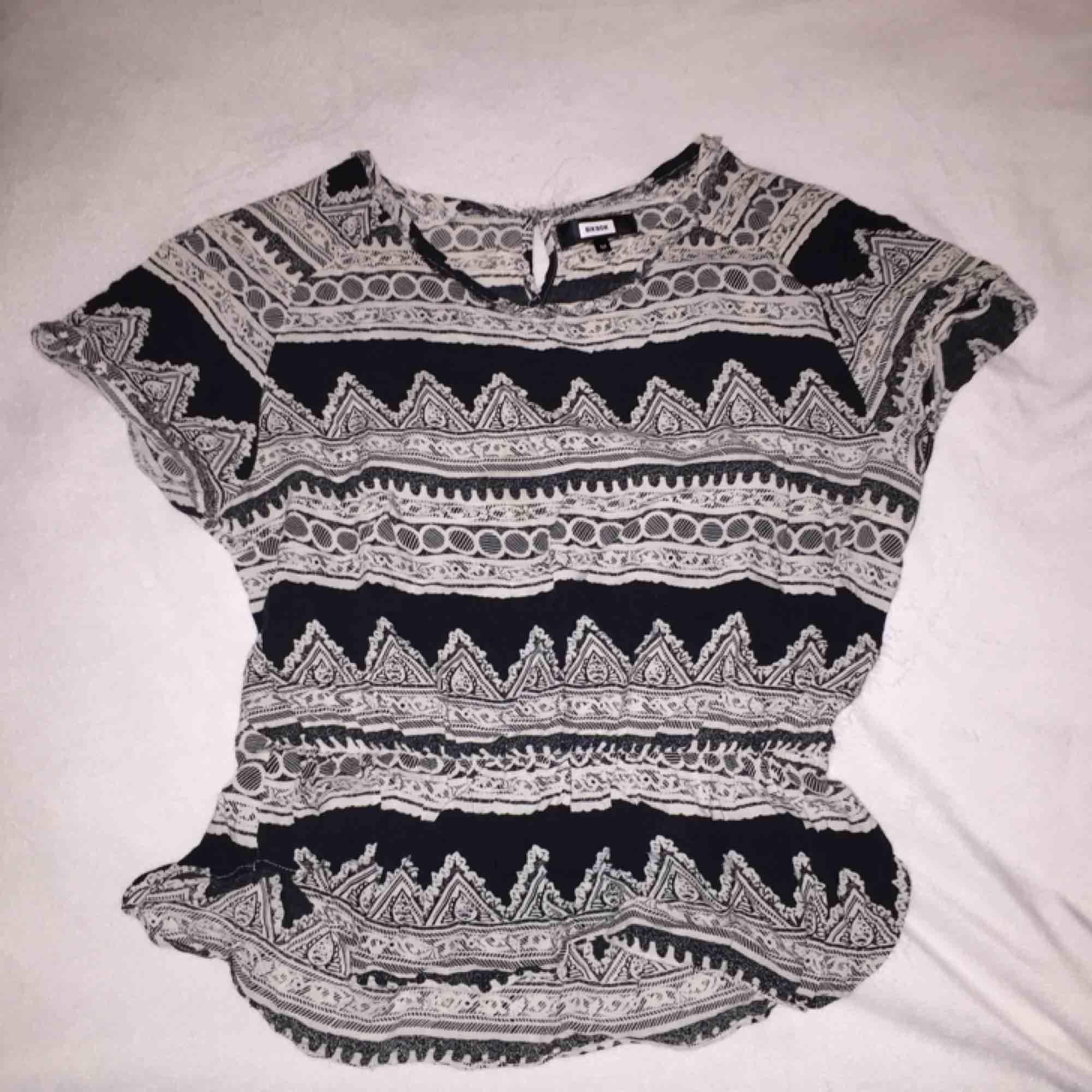 Fin tröja från BikBok i bra skick, storleken är M men passar även S. . Toppar.