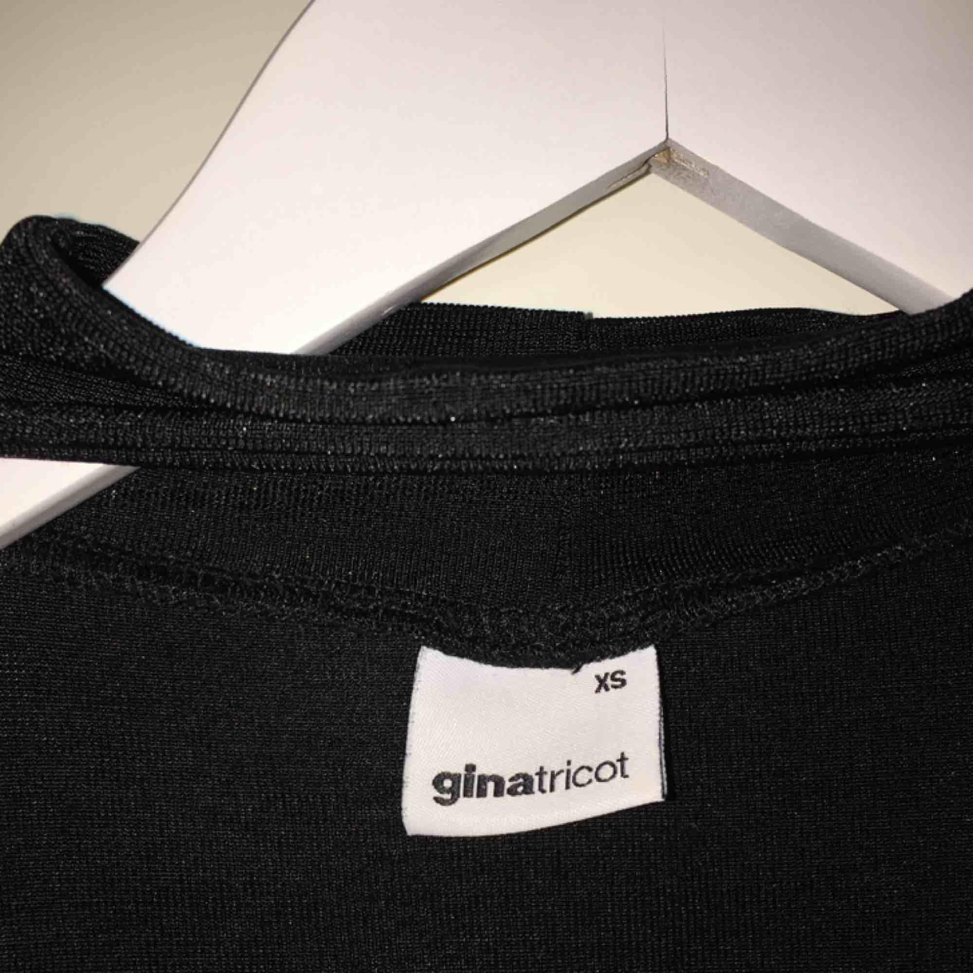 Festlig tröja från Gina Tricot i storlek XS men som även passar S. . Toppar.