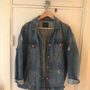 Säljer min lite oversized jeansjacka från Zara. Köpare står för frakt :)