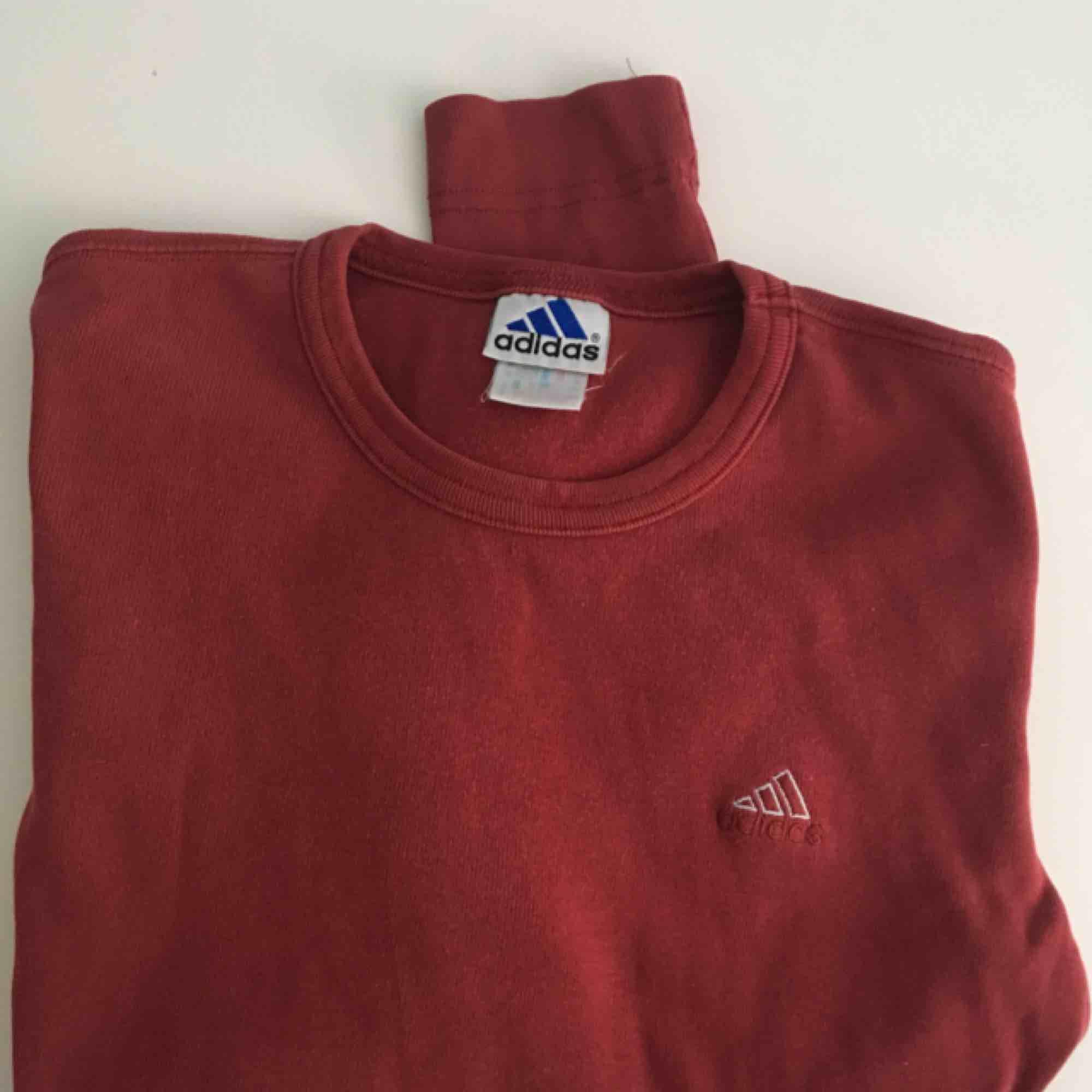 ❤️Enkel röd adidas tröja, långarmad och passar till typ allt. Tjockare i tyget för en långärmad så den känns äldre men kvalité ❤️. Skjortor.