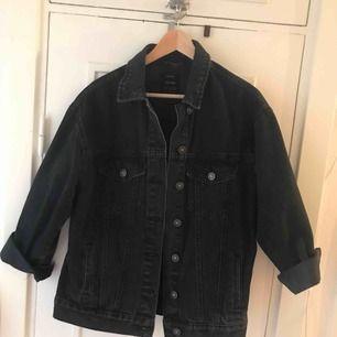 Säljer min lite oversized jacka från Bershka. Köpare står för frakt :)