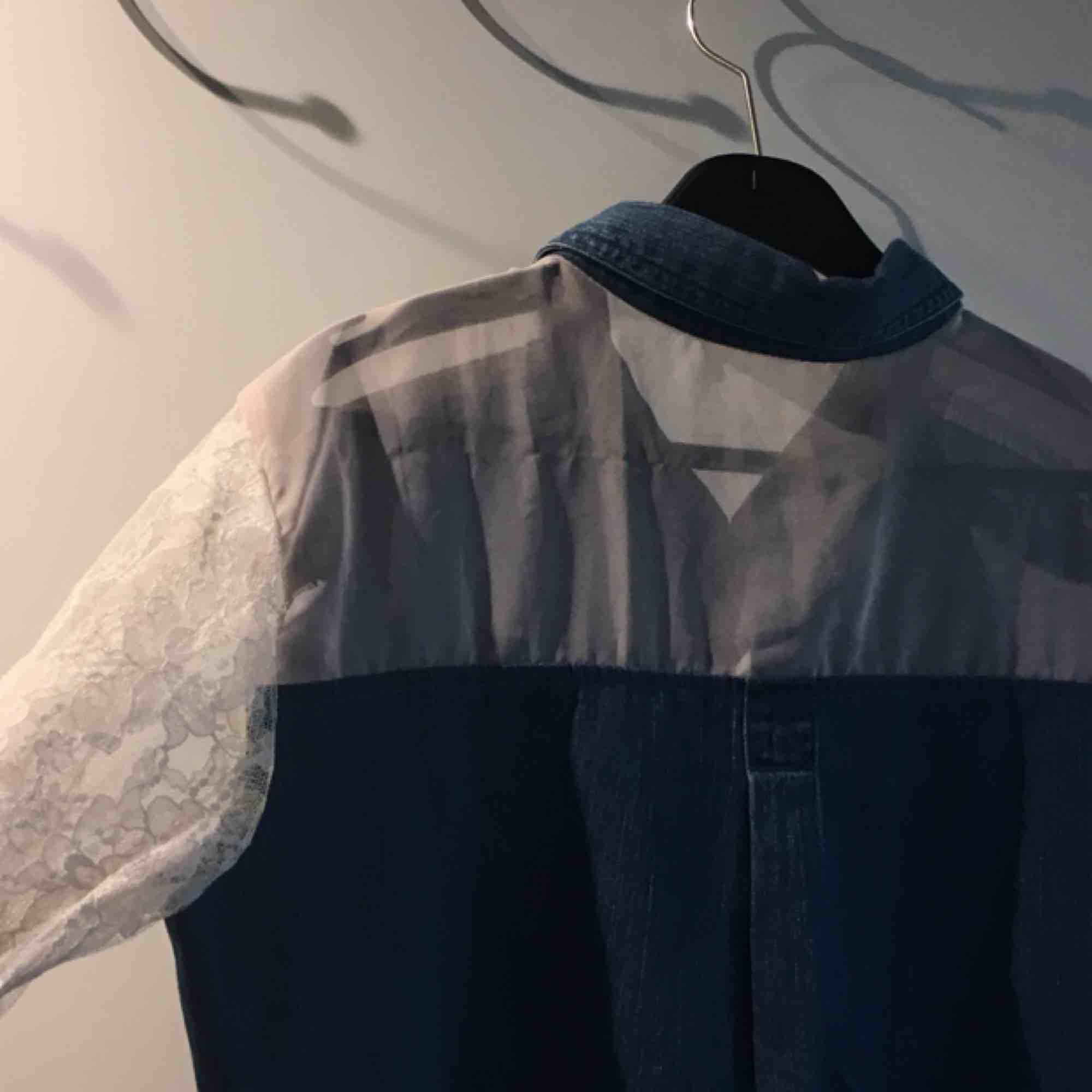 Unik tröja från beyondretro, de sydde den i butiken om jag fattade rätt så ska bara finnas en av exakt den här 🌞🌞. Skjortor.