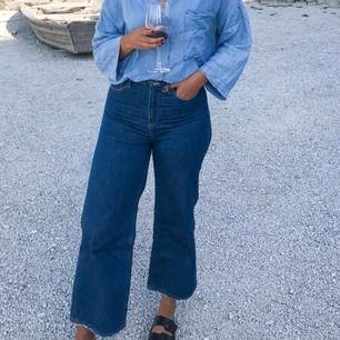"""☀️ Mih-jeans, höga i midjan och """"wide-leg"""", aningen cropped på mig som är 175cm. W28, jättefint skick och bra kvalité (nypris 3200kr). Kan mötas i både Uppsala och Stockholm, köpare står för frakt🥰"""