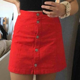 Fin röd kjol från monki, endast använt ett fåtal gånger. Frakt ingår!