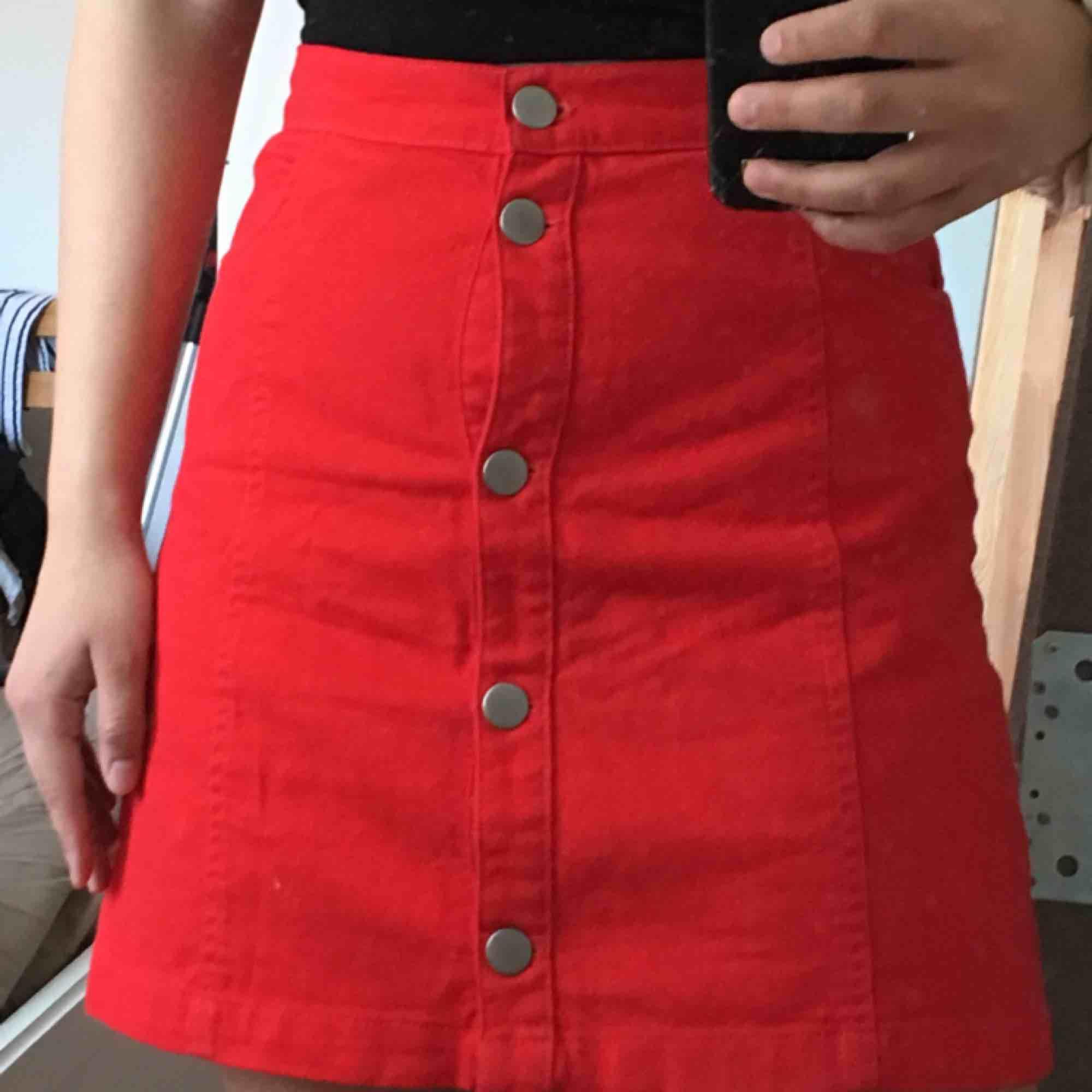 Fin röd kjol från monki, endast använt ett fåtal gånger. Frakt ingår!. Kjolar.