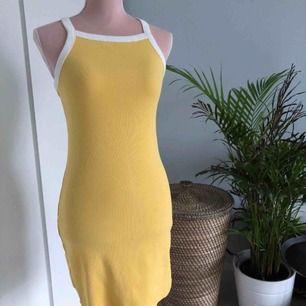 Somrig bodycon klänning från Monki i 97% ekologisk bomull. Aldrig använd (lapp kvar). Ordinarie pris 180kr. Köpare står för frakt