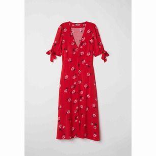 Jättefin långklänning från HM. Använd en gång förra sommaren. Passar en 38/40. Frakt tillkommer ✨