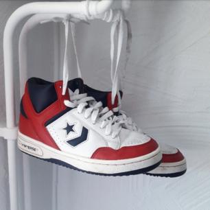 Höga vintage sneakers från converse. Storlek 37,5. Unika och i fint skick!