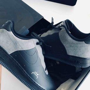 Nike Air Force 1 A Cold Wall sneakers. Helt oanvända, i en med följande kartong och en sns påse.  Träffas upp i Sthlm och postar såklart.