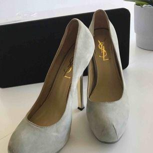 Ett par skor från YSL i grå suede. Fick dessa av en bekant, säljer pga fel storlek. Är ej säker på om äkta men kvaliteet verkar superbra(sömmarna, materialet)  Använda några gånger men fräsha och fina.